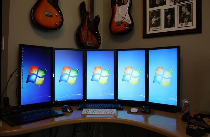 Kumaha nyambungkeun sababaraha monitor sareng Windows 11